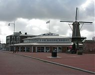 de 'tagrijn' winkels en kantoren aan het groote dok te Hellevoetsluis