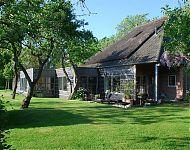 woonhuis Lytse Geast ondergeschoven bij een boerderijtje