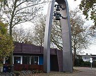 stalen klokkentoren als toegangspoort